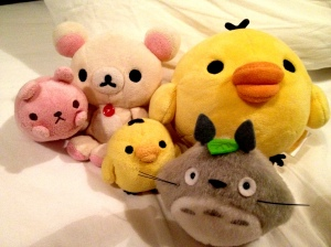 Kiiroitori, Totoro, Ko-rilakkuma and an unnamed pink toy posing for a picture