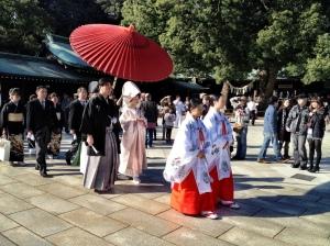 Een shinto bruiloftsprocessie bij Meiji jingu. A shinto wedding procession at Meiji jingu temple